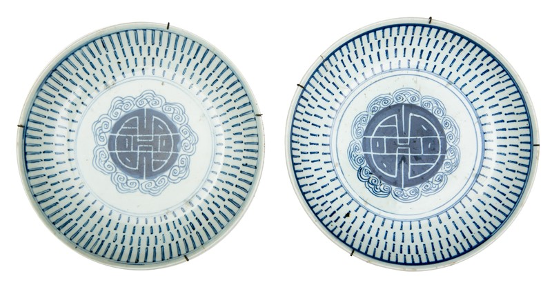 Chinese Pair of White and Blue Dishes with Fortune character at the center.  - Auction FROM VENICE TO ORIENT ANTIQUE ART WORKS. - Bado e Mart Auctions