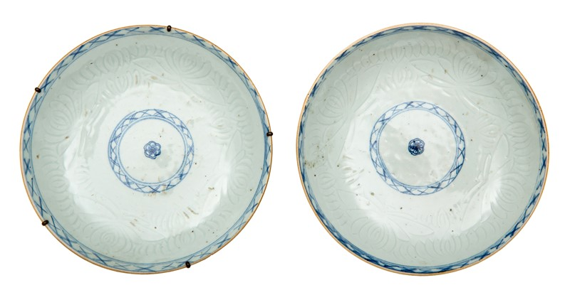 Chinese Pair of white and blue e dishes with stylized flowers.  - Auction FROM VENICE TO ORIENT ANTIQUE ART WORKS. - Bado e Mart Auctions